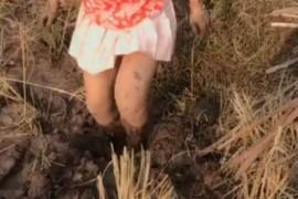 女子穿着暴露戴红领巾捕鱼拍视频 涉寻衅滋事被拘